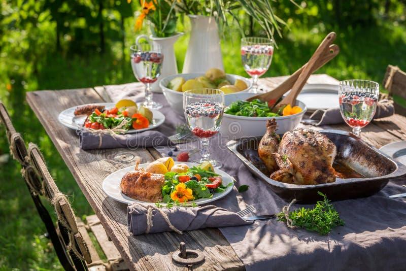 Dîner fait maison et savoureux dans le jardin d'été images stock