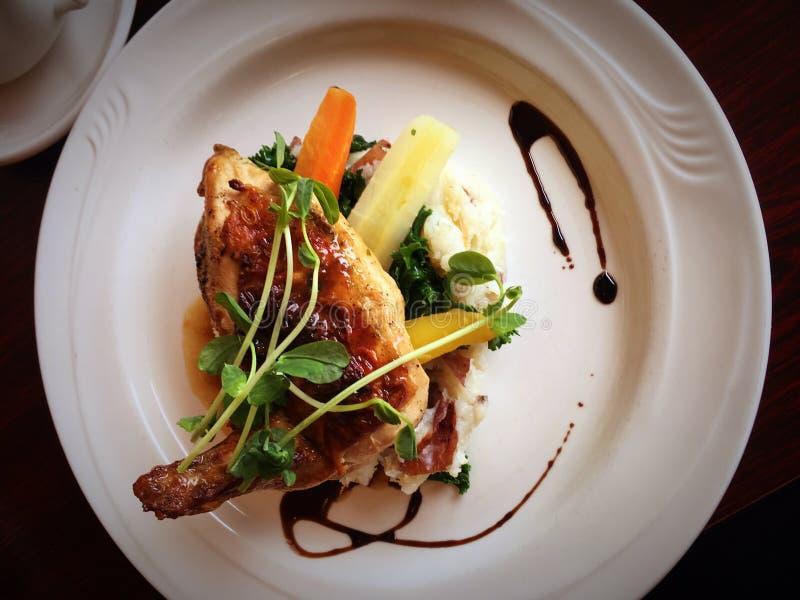 Dîner gastronome chic de poulet photographie stock libre de droits