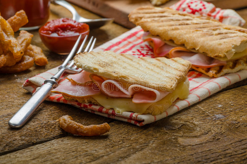 Dîner rapide, pain grillé avec du jambon et fromage image libre de droits