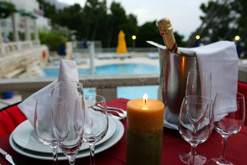 Dîner romantique avec le champagne photographie stock libre de droits