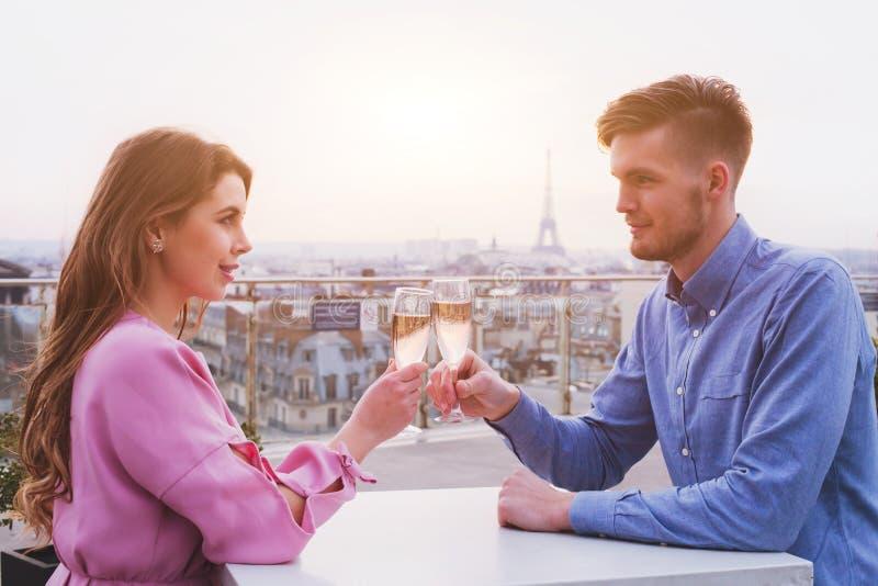 Dîner romantique pour des couples dans le restaurant luxueux à Paris image stock