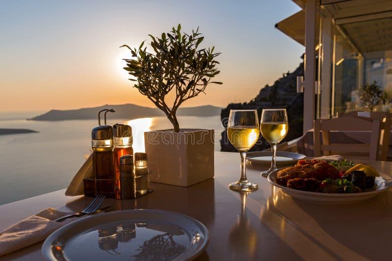 Dîner romantique pour deux au coucher du soleil photos stock