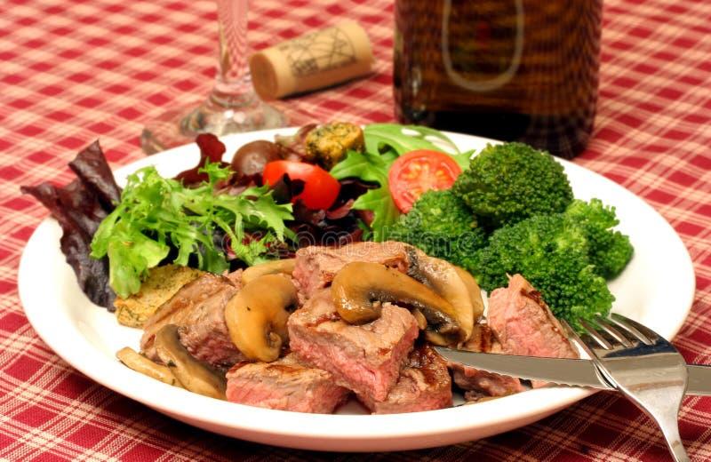 Dîner, salade et vin de bifteck photos libres de droits