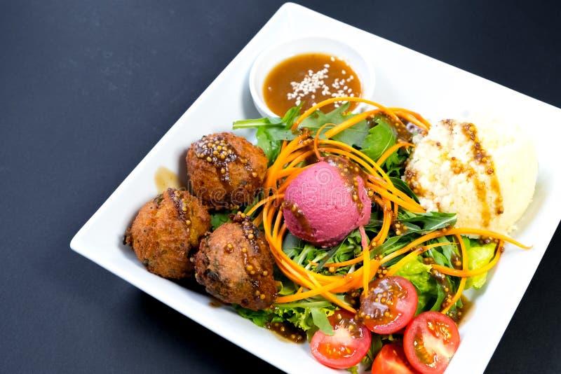 Dîner végétarien d'un plat sur un fond foncé photographie stock