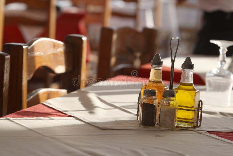 Dînez devant une table ensoleillée, de bonne humeur images stock