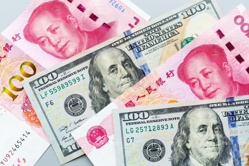 Dólar americano e cédula chinesa do yuan Guerra comercial e conflito entre dois pa?ses grandes EUA e relacionamento de China Conc foto de stock royalty free
