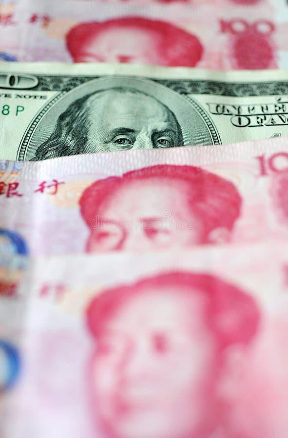 Dólar americano y yuan chino imagenes de archivo