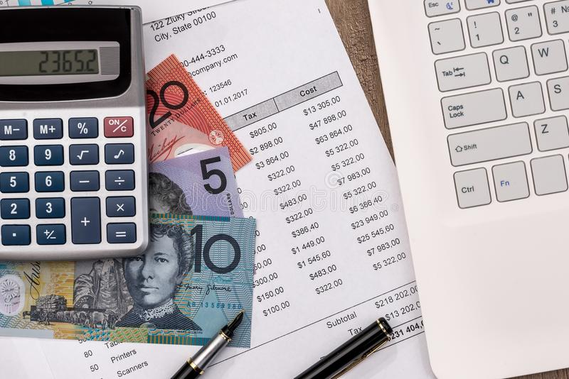Dólar australiano com gráfico, portátil do orçamento da casa foto de stock