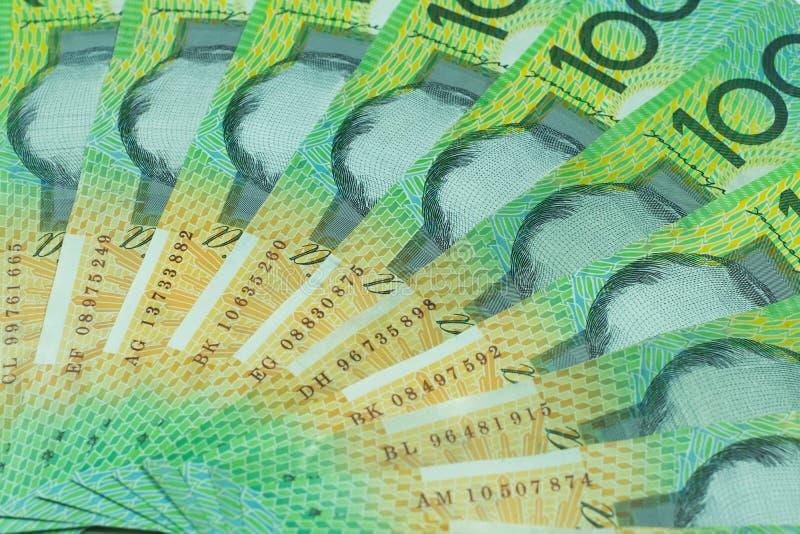 Dólar australiano, dinheiro de Austrália 100 dólares de pilha das cédulas no fundo branco imagem de stock