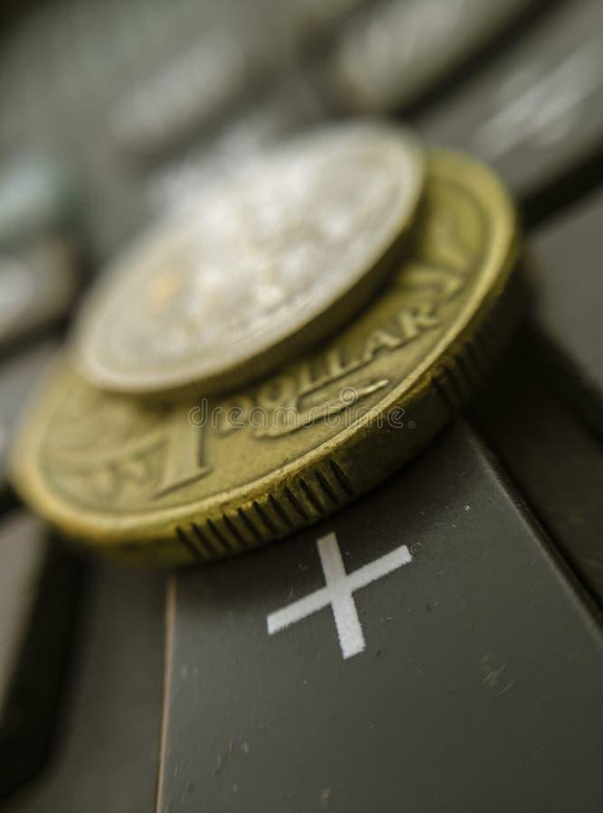 Dólar australiano do conceito financeiro na calculadora mais o macro chave imagem de stock