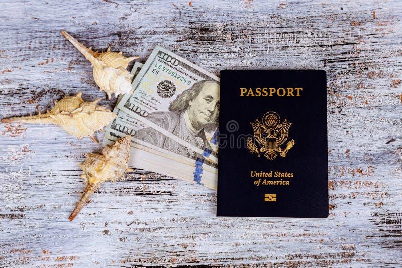 Dólar com conceito do feriado do passaporte e da economia e do curso do dinheiro imagem de stock