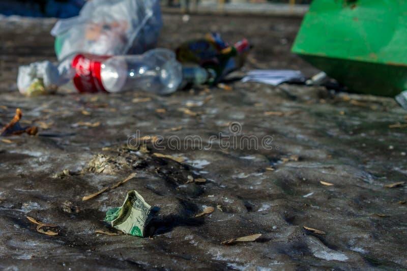 Dólar com lixo na rua fotos de stock