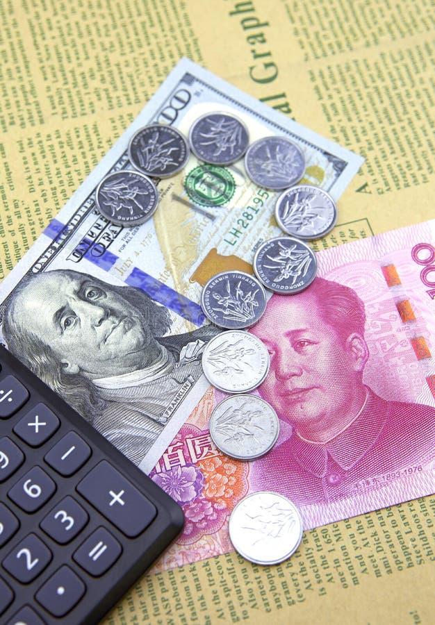 Dólar de EE. UU. y China Yuan Pluma, lentes y gráficos imagenes de archivo