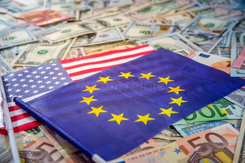 Dólar de EE. UU. y euro en las banderas de los Estados Unidos y de la unión europea foto de archivo libre de regalías