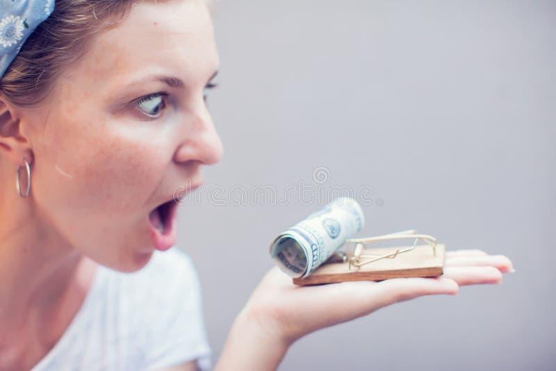 Dólar de la toma de la mujer del concepto del negocio de la trampa del ratón imágenes de archivo libres de regalías