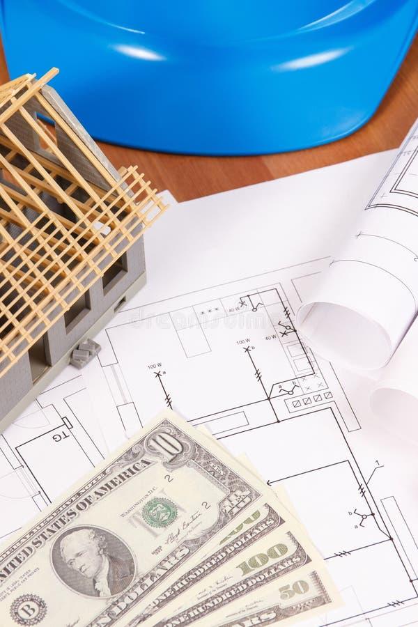 Dólar de las monedas, dibujos eléctricos, accesorios para los trabajos del ingeniero y casa bajo construcción, concepto del coste fotografía de archivo