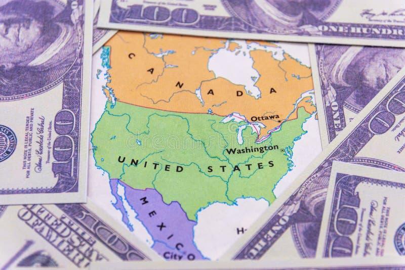 Dólares americanos en el mapa del americano fotos de archivo
