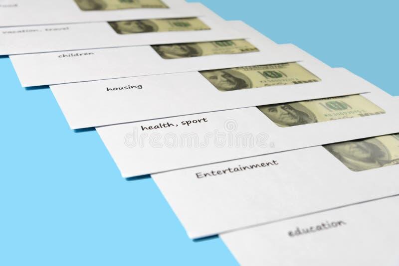 Dólares americanos en los sobres blancos con las inscripciones presentadas diagonalmente Fondo para una tarjeta de la invitaci?n  imágenes de archivo libres de regalías