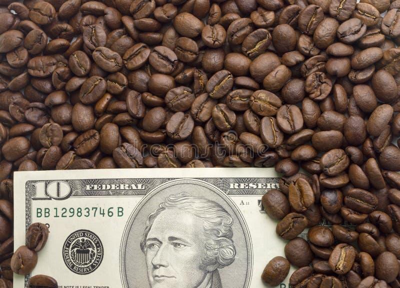 Dólares americanos múltiplos Fundo dos dólares com café imagens de stock