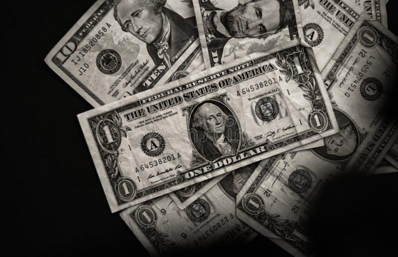 Dólares americanos no background_black e no branco pretos fotografia de stock