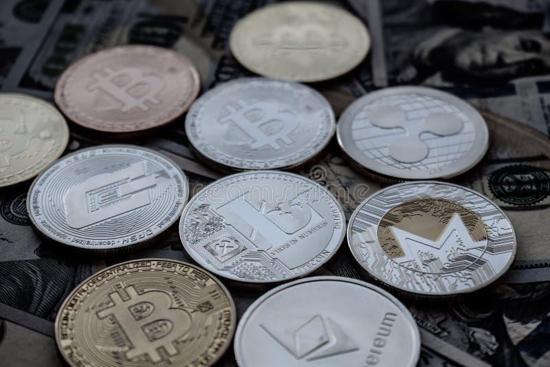 Dólares americanos y cryptocurrency: Bitcoin, Ethereum, Monero, Litecoin, ondulación fotos de archivo