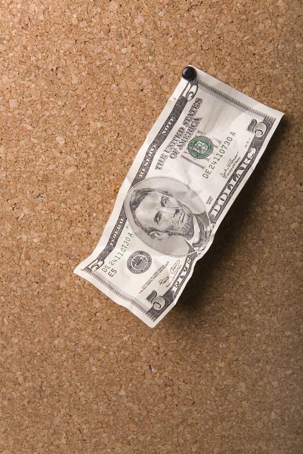 dólares asociados a una tarjeta de madera imágenes de archivo libres de regalías