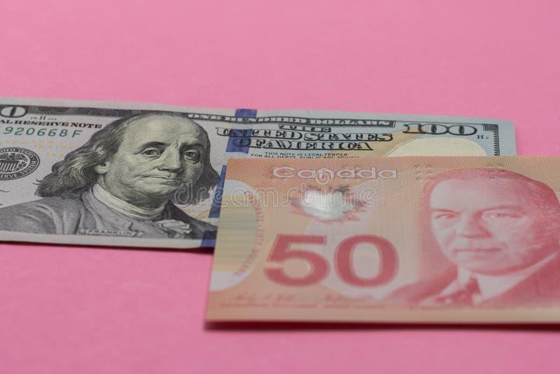 Dólares canadienses y moneda norteamericana Cuentas en colorido imagen de archivo libre de regalías