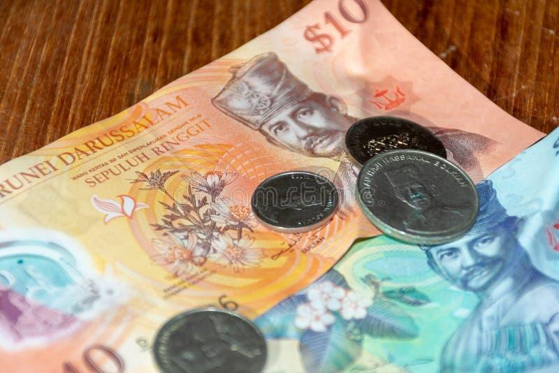 Dólares de Brunei Darussalam Darussalem sua moeda nas contas e nas moedas foto de stock