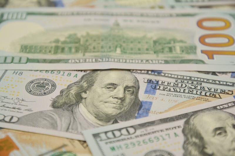 100 dólares de conta e retrato Benjamin Franklin na cédula do dinheiro dos EUA Cem notas de banco do d?lar fotografia de stock