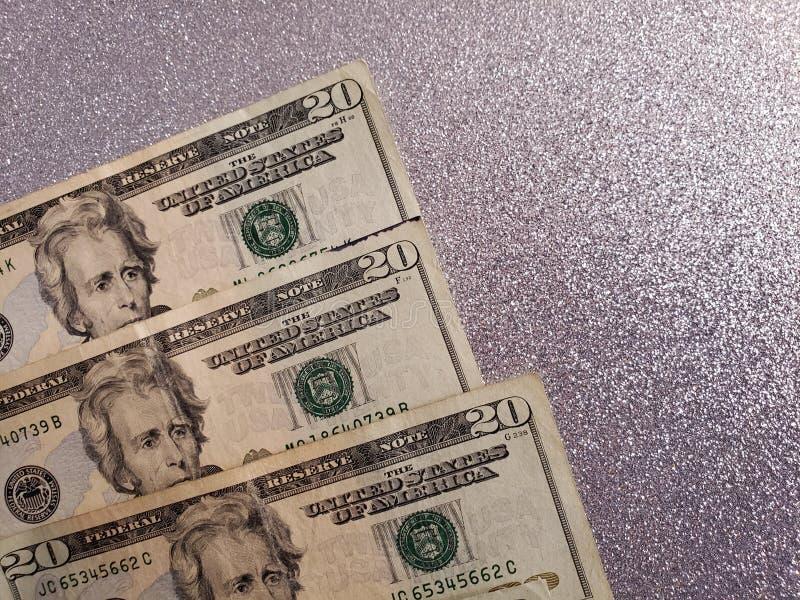 Dólares de cuentas americanos y fondo en color de la plata metalizada fotografía de archivo