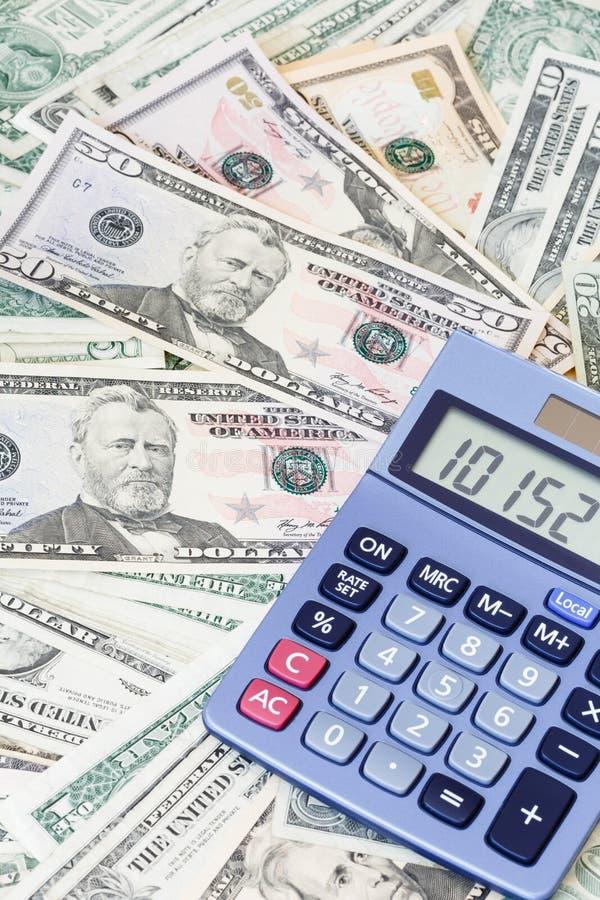 Dólares de EE. UU. y calculadora imágenes de archivo libres de regalías