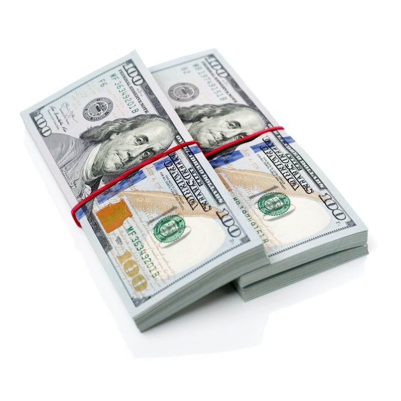 Dólares de Estados Unidos, rollo de cientos billetes de banco de USD con caucho verde en el fondo blanco Foco selectivo fotografía de archivo