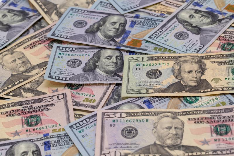 Dólares de fondo Dólares americanos de dinero del efectivo Cientos dólares, cincuenta dólares, diez dólares de billetes de banco  imágenes de archivo libres de regalías