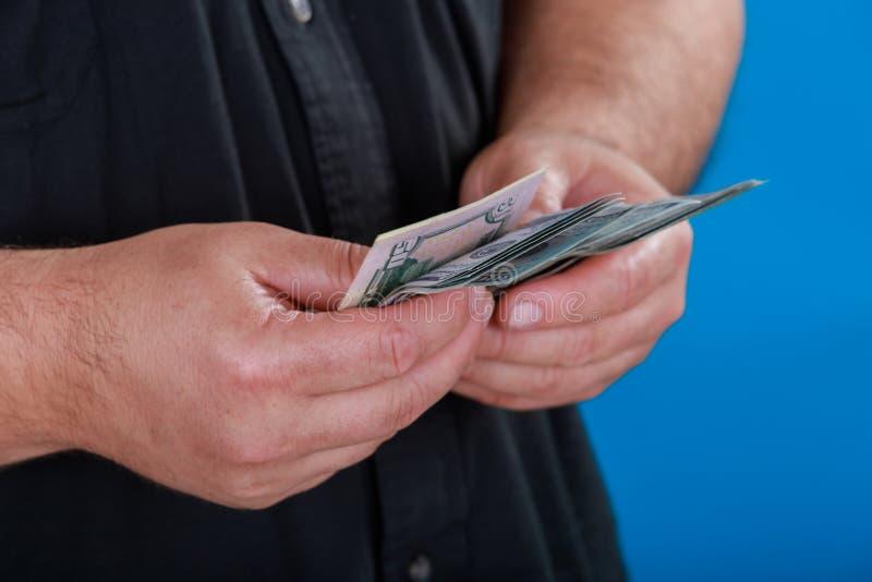 Dólares del recuento de la mano el hombre cuenta el dinero nuevas cuentas del ciento-dólar imagenes de archivo