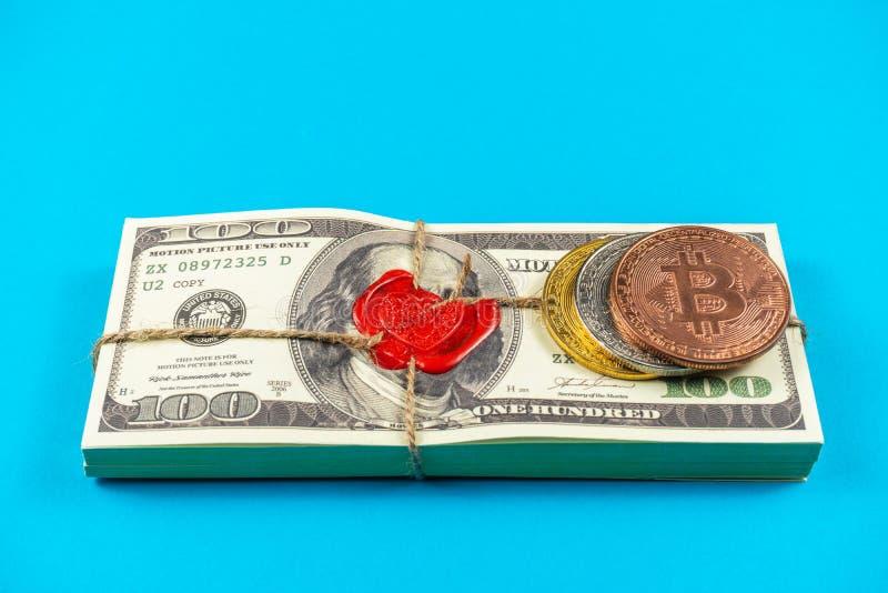 Dólares do dinheiro do suporte Estilo antigo completo da cópia 100 contas de d?lar Bitcoins Tijolo selado com cera e corda de sel imagem de stock royalty free