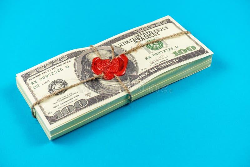 Dólares do dinheiro do suporte Estilo antigo completo da cópia 100 contas de d?lar Bitcoins Tijolo selado com cera e corda de sel imagem de stock