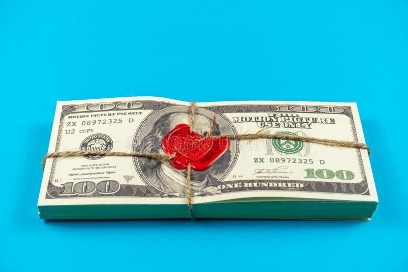Dólares do dinheiro do suporte Estilo antigo completo da cópia 100 contas de d?lar Bitcoins Tijolo selado com cera e corda de sel fotos de stock