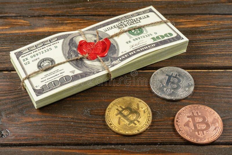 Dólares do dinheiro do suporte Estilo antigo completo da cópia 100 contas de d?lar Bitcoins Tijolo selado com cera e corda de sel fotografia de stock royalty free