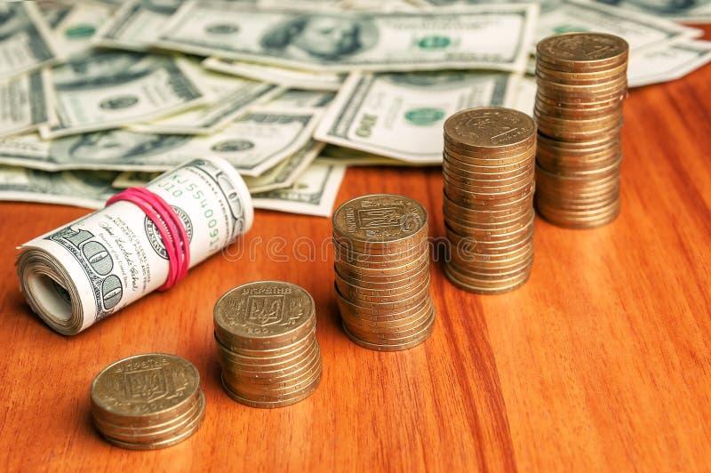 Dólares e escadas das moedas fotos de stock royalty free