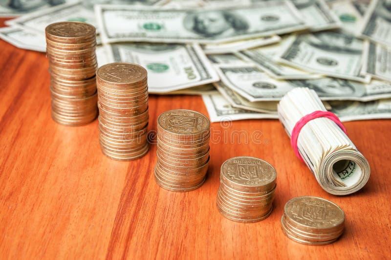 Dólares e moedas ucranianas fotos de stock