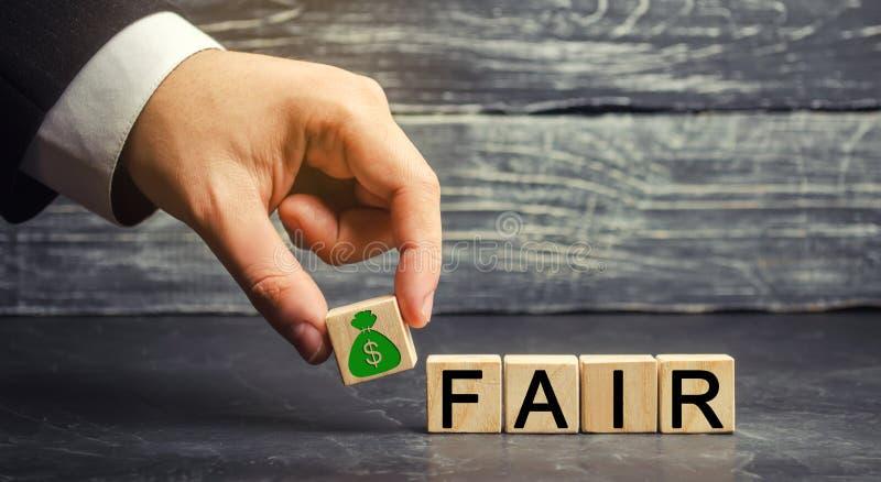 Dólares e o ` justo do ` da inscrição em blocos de madeira balanço Fixação do preço do valor justo, débito do dinheiro Negócio ju foto de stock