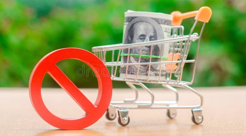 Dólares en un carro de la compra y una muestra de la prohibición Restricciones en la exportación del capital Presión y sanciones  imagen de archivo