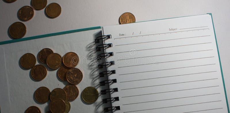 Dólares y cincuenta centavos un cuaderno imágenes de archivo libres de regalías