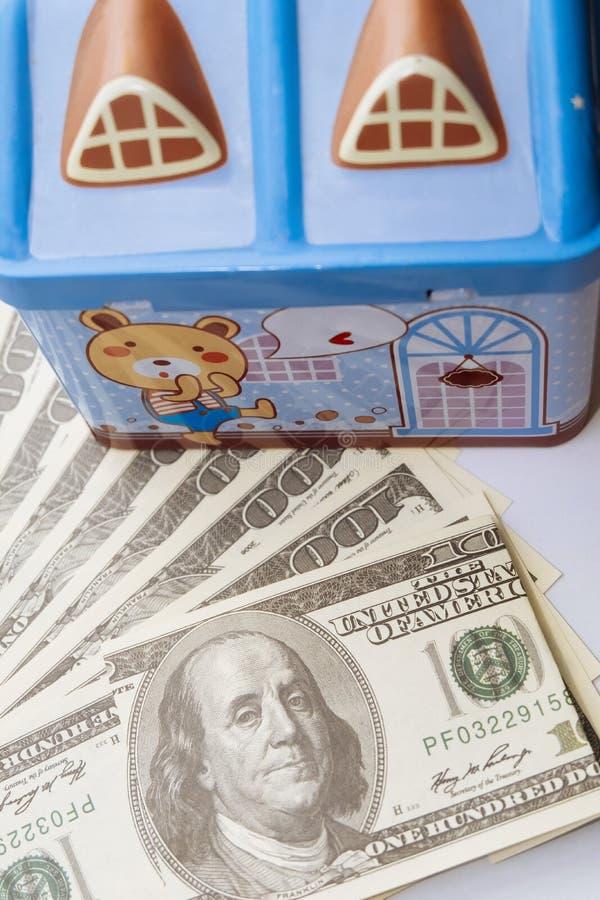 Dólares y vivienda El concepto de inversión monetaria e inversión inmobiliaria fotos de archivo
