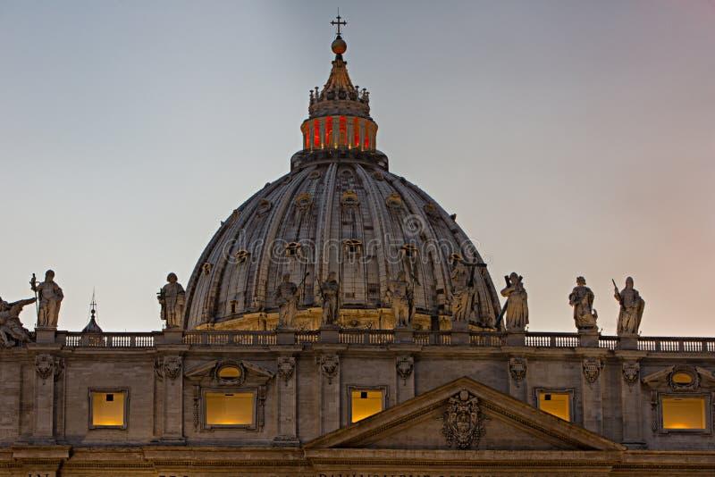Dôme de basilique du ` s de St Peter à Vatican photos stock