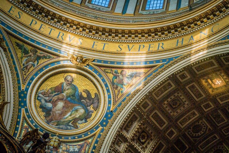 Dôme de basilique de St Peter vu de l'intérieur images stock