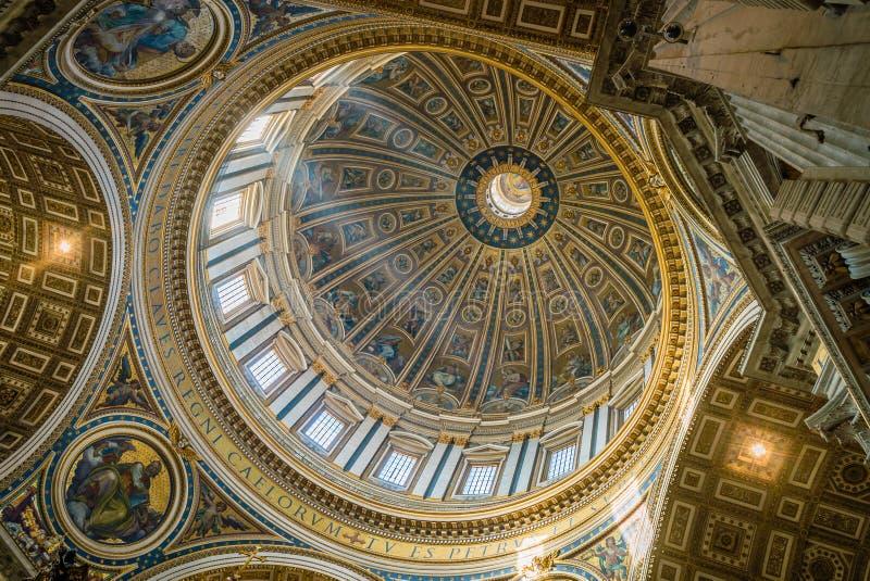 Dôme de basilique de St Peter vu de l'intérieur images libres de droits