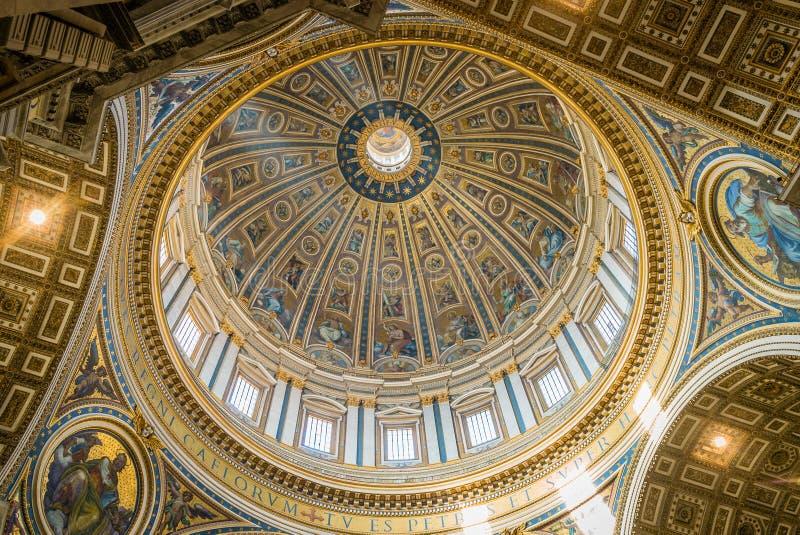 Dôme de basilique de St Peter vu de l'intérieur photographie stock libre de droits