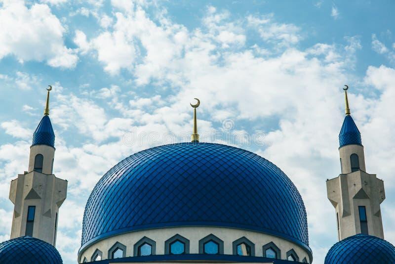 Dôme et tours avec les mosquées en croissant du temple musulman images stock