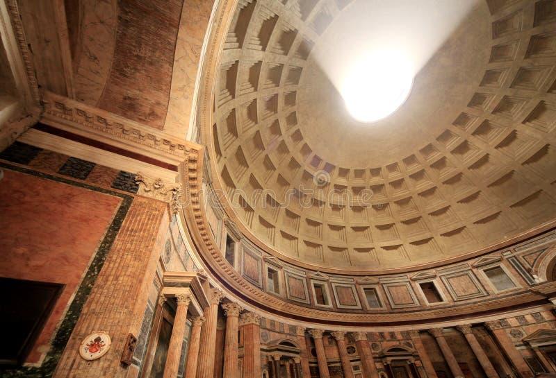 Dôme, fléau et murs intérieurs du Panthéon romain photo stock